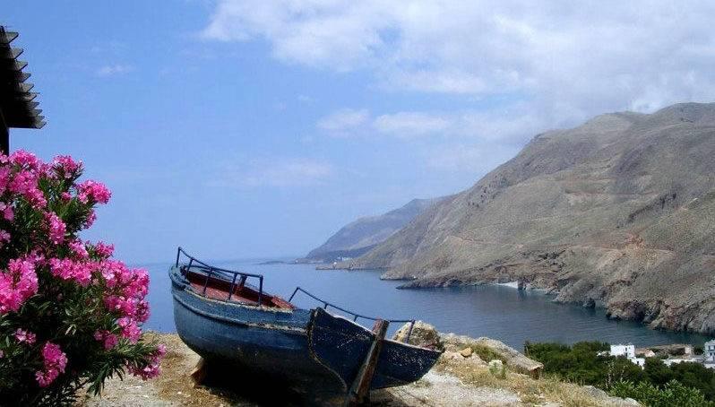 Старая лодка на берегу острова Крит