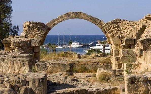 Каменная арка на пафосе