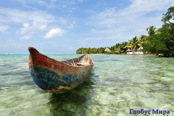 Лодка в прозрачной воде Мадагаскара