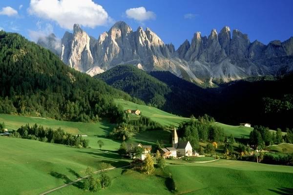 Зеленые долины и островерхие скалы