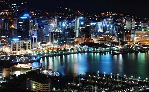 Ночной город сверкает огнями