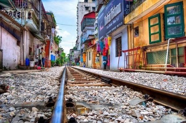 Разрушенная железная дорога в старом квартале