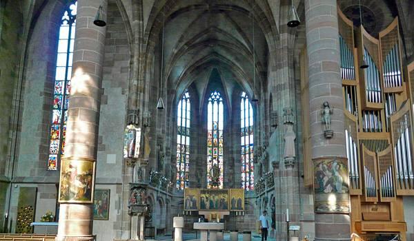 Внутри церковь Богоматери не менее прекрасна
