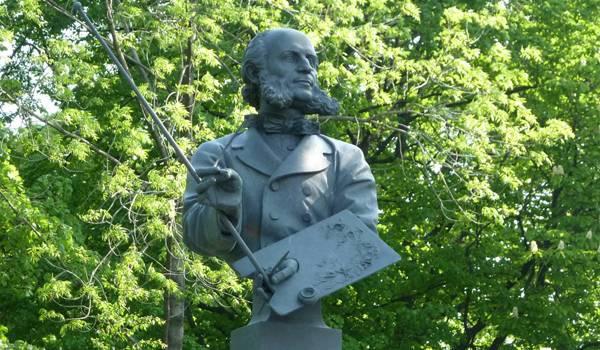 Памятник очень известному и знаменитому художнику и любителю моря Айвазовскому
