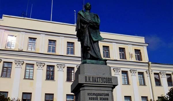 Памятник известному первооткрывателю Пахтусову