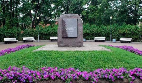 Памятник в Андреевском парке