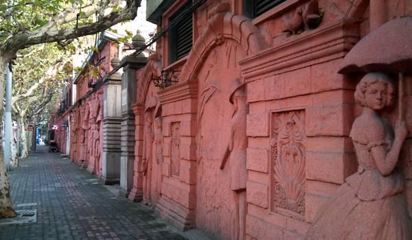 Удивительные барельефы можно встретить на многих домах жилого Шанхая