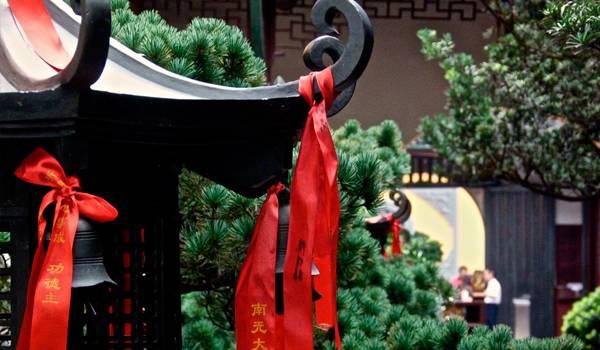 Красные ленты повсюду украшают храм