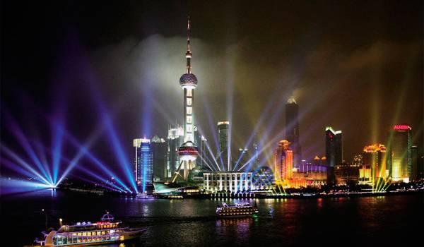 Прожекторы освещают ночное небо Шанхая