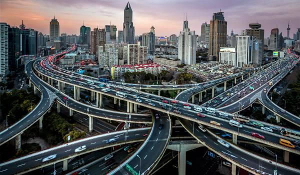 Запутанная многополосная дорожная развязка в Шанхае