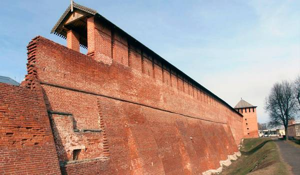 Стены коломенского Кремля выглядят очень мощными и неприступными