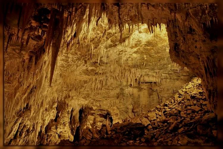 """Верхний, """"пешеходный"""" ярус пещеры"""