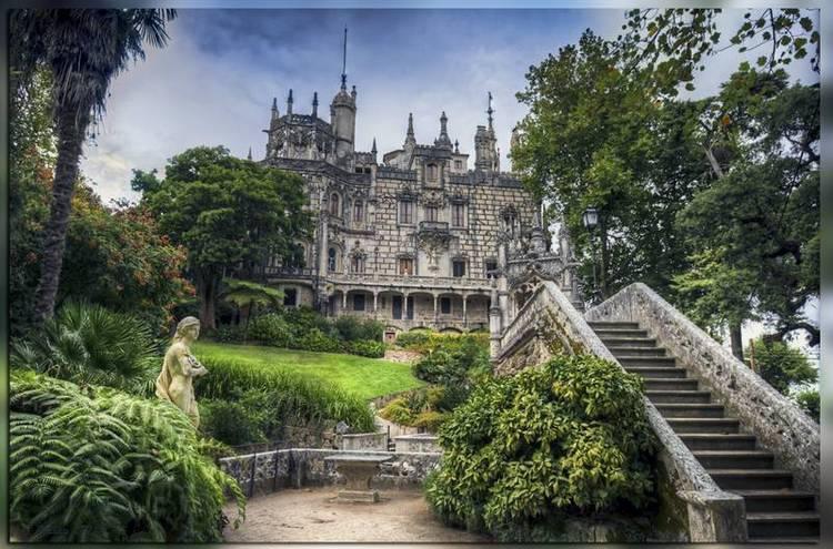 Вид на замок Кинта Регалейра в Португалии близ Синтры