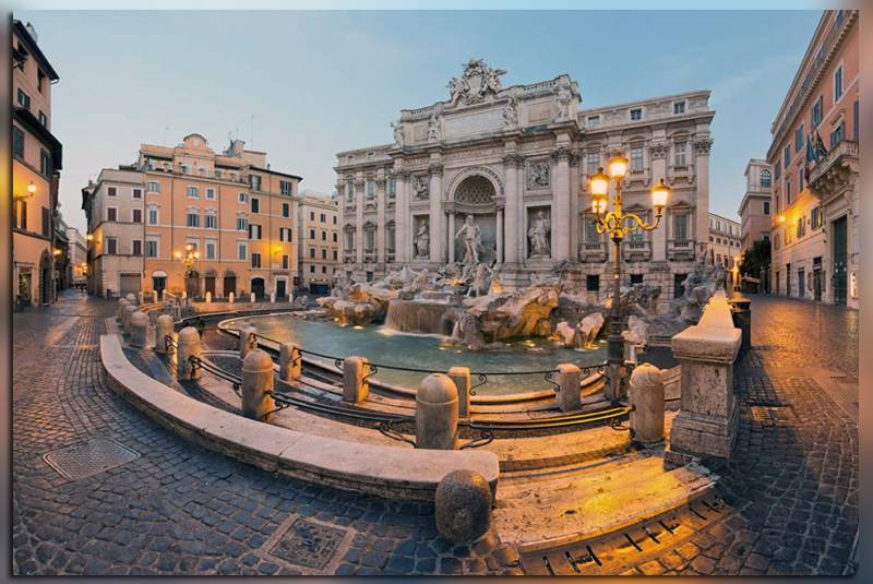 На фото вид сбоку на ди Треви (Италия, Рим)