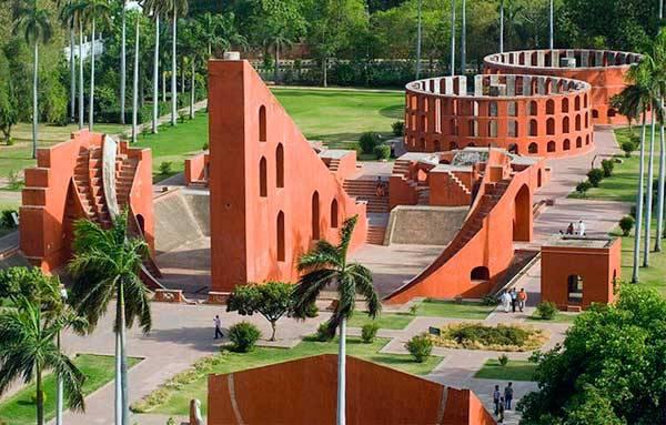 Обсерватория Джантар-мантар в золотом треугольнике Индии
