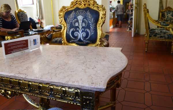 Кофейня с антикварной мебелью в замке Мелник