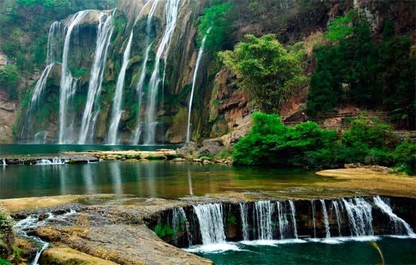 Живописный водопад Хуангошу
