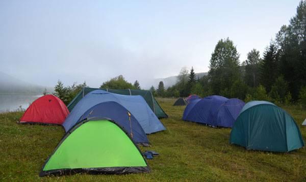 Палатки на берегу Вишеры