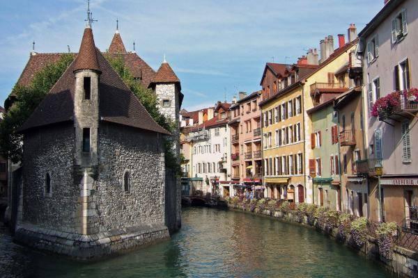 Канал в французском городе