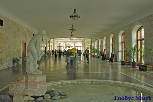 Внутри галереи - благородство мрамора