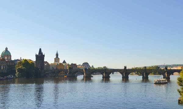 Вид на Карлов мост и реку Влтава