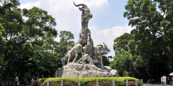 Статуя пяти козлам в парке Юесю