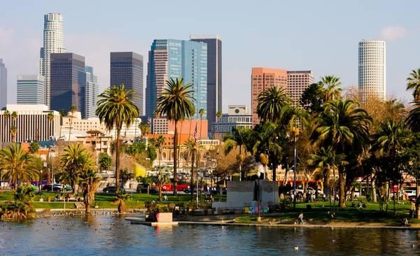 Небоскребы, пальмы и Тихий океан – это Лос Анджелес