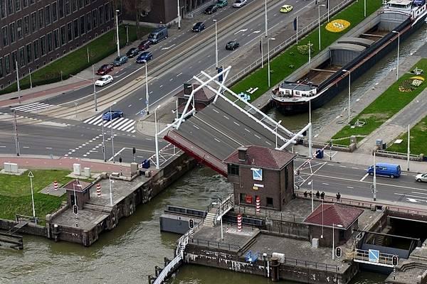 Канал и разводной мост
