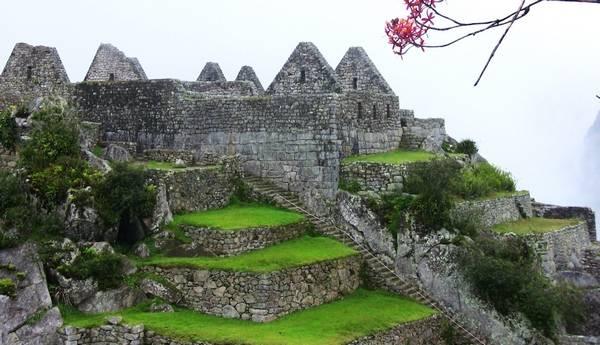 Широкие каменные террасы Великой древней китайской стены - в древности умели возводить