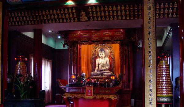 Сама статуя нефритового Будды – вообще ее нельзя фотографировать, но когда это останавливало туристов?