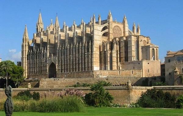Массивная, изящная и дорогая достопримечательность города – Кафедральный собор