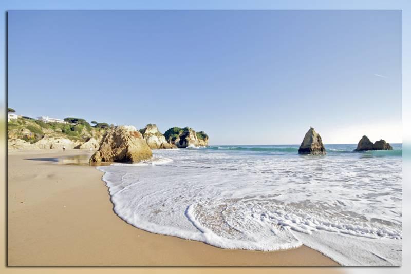 Пляж Praia dos Tres Irmaos в Альгарве