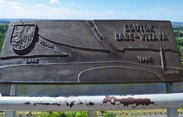 Табличка над местом пересечения рек в Мельнике, Чехия