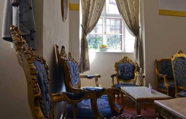Антикварная мебель в замке Мельник