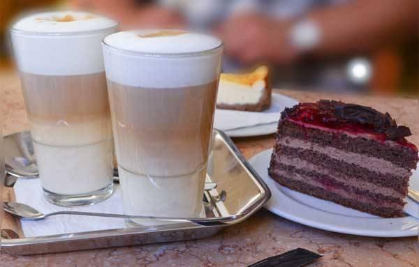 Кофе латте в кафетерии замка Мельник