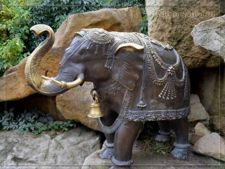 Скульптура слона в пражском зоопарке