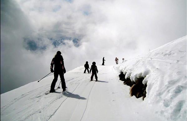 Лыжники на горнолыжной трассе