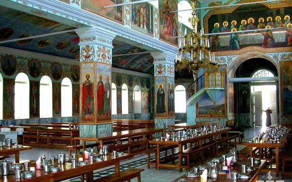 Трапезная в афонском монастыре